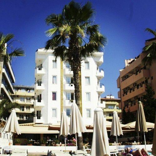 фото отеля с его пляжа