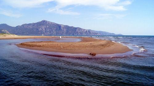 песчаная коса между морем и рекой