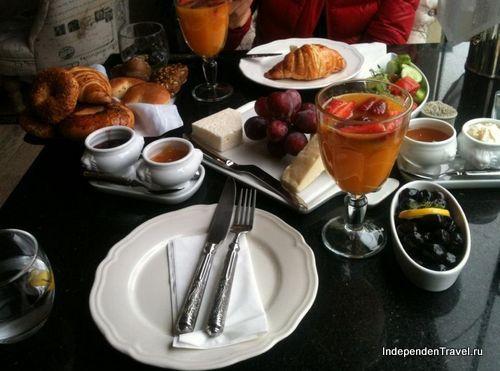 Завтрак в кафе Dolce
