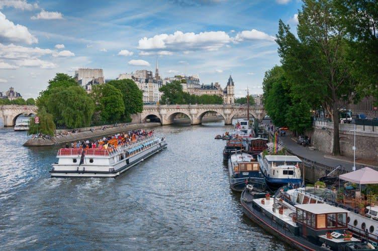 Туристические теплоходы в центре Парижа