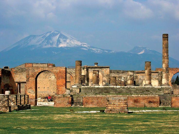 вулкан Везувий на фоне разрушенных останков города Помпеи