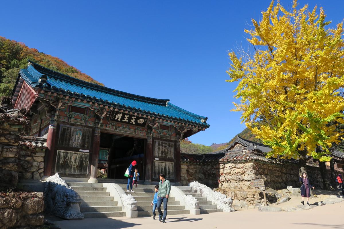 Вход в Храм в парке Сораксан