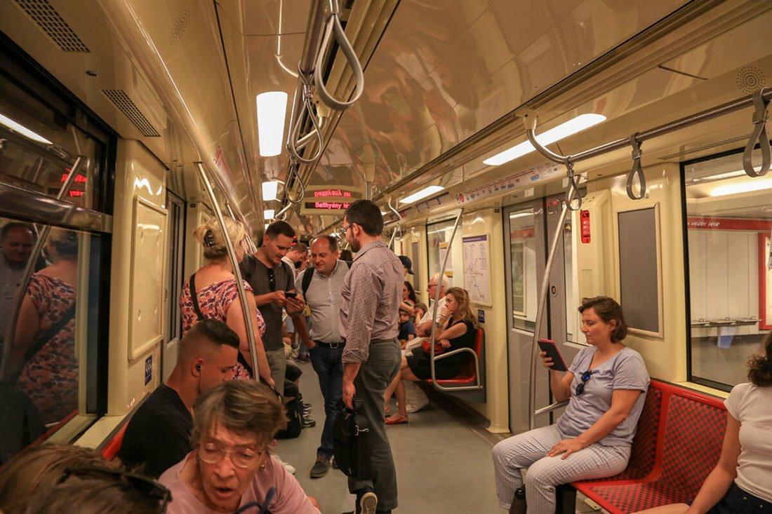 Внутри вагона метро Будапешта